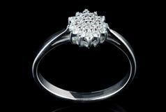 L'anello di oro bianco con i diamanti ha sparato sul nero Fotografia Stock Libera da Diritti