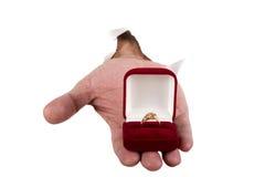 L'anello di oro a disposizione si chiude in su fotografia stock libera da diritti