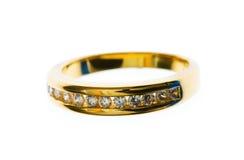 L'anello dorato con il diamante ha isolato Immagini Stock