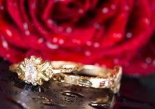 L'anello ed il colore rosso di oro sono aumentato. fotografia stock