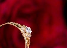 L'anello ed il colore rosso di oro sono aumentato. Immagine Stock