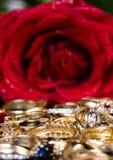 L'anello ed il colore rosso di oro sono aumentato. Fotografie Stock