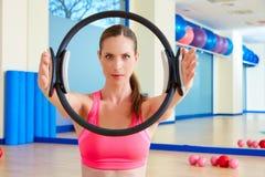 L'anello magico della donna di Pilates passa l'esercizio Immagini Stock Libere da Diritti