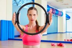 L'anello magico della donna di Pilates passa l'esercizio Immagine Stock