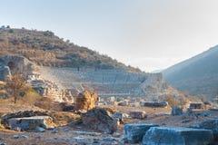 L'anfiteatro di pietra romano rovina il panorama in ephesus Archaeologica immagini stock libere da diritti