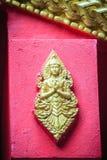 L'ange d'or a imploré dans l'acte payant le respect à l'accueil au temple bouddhiste public L'ange d'or ouvré par style thaïlanda photo stock