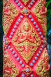L'ange d'or a imploré dans l'acte payant le respect à l'accueil au temple bouddhiste public L'ange d'or ouvré par style thaïlanda image stock