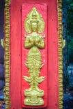 L'ange d'or a imploré dans l'acte payant le respect à l'accueil au temple bouddhiste public L'ange d'or ouvré par style thaïlanda photographie stock libre de droits