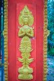 L'ange d'or a imploré dans l'acte payant le respect à l'accueil au temple bouddhiste public L'ange d'or ouvré par style thaïlanda photo libre de droits
