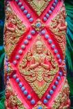 L'ange d'or a imploré dans l'acte payant le respect à l'accueil au temple bouddhiste public L'ange d'or ouvré par style thaïlanda photos libres de droits