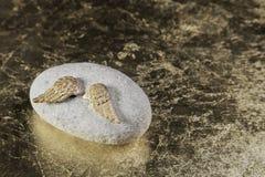 L'ange d'or s'envole pour une mort ou un fond triste ou pour un condol Photographie stock libre de droits