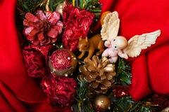 L'angelo ed il Natale svegli del giocattolo si avvolgono su fondo rosso, vista superiore fotografia stock libera da diritti