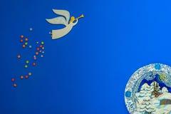 L'angelo vola fra le stelle su un fondo blu Immagine Stock