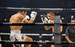 L'anglais contre le boxeur thaï iranien à Bangkok Images stock