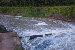 L'anglais de barrage : le barrage est pour la construction d'une grande eau de barrage photographie stock libre de droits