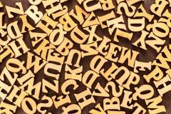 L'anglais en bois marque avec des lettres le fond La vue à partir du dessus Photo stock