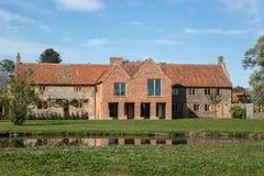 L'anglais traditionnel a attaché des cottages de silex avec la rénovation moderne e Photos libres de droits