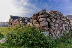 L'angle de la grange en pierre ruinée à une ferme abandonnée agricole Photographie stock libre de droits