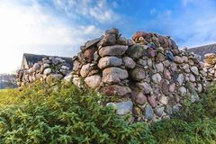 L'angle de la grange en pierre ruinée à une ferme abandonnée agricole Photo libre de droits