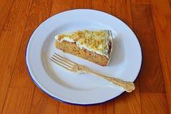 L'angle de vue de côté du gâteau à la carotte a servi sur les ustensiles en émail classiques avec la cuillère d'argent Photos libres de droits