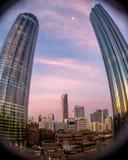 L'angle faible a tiré avec un cristallin de poissons de la tour de WTC sur un coucher du soleil nuageux en Abu Dhabi images libres de droits
