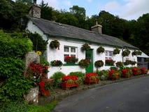 l'Angleterre : maison blanche avec des paniers de fleur photos libres de droits