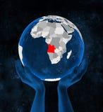 L'Angola sur le globe dans des mains illustration de vecteur