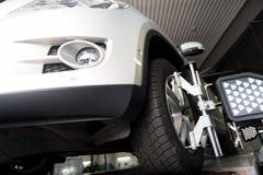 L'angolo basso della ruota di automobile ha riparato l'applauso a macchina allineato Immagine Stock Libera da Diritti