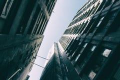 L'angolo basso dentro la vista da un complesso di calcestruzzo ha invecchiato le costruzioni Immagine Stock Libera da Diritti