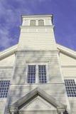 L'angolo basso ha sparato di una chiesa semplice e piacevole Fotografie Stock Libere da Diritti