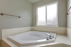 L'angolo del bagno caratterizza la vasca d'angolo bianca fotografie stock libere da diritti