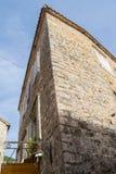 L'angolo di vecchia casa di pietra Alta vista della costruzione da sotto Vecchia città di Budua montenegro Immagine Stock Libera da Diritti