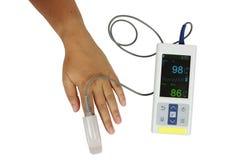 L'angolo superiore, ossimetro di impulso ha usato i livelli dell'ossigeno a e la misura p Immagini Stock Libere da Diritti
