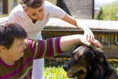 L'animal a aidé la thérapie avec un chien Photos stock