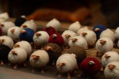L'animal de moutons joue la décoration colorée de Pâques photographie stock