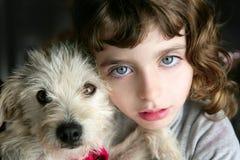 L'animal familier et la fille de chiot de crabot étreignent la verticale Photographie stock