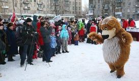 L'animateur d'acteur de la maison de la culture de la ville metallostroy dans le costume de l'ours gai amuse des enfants et des a Photo libre de droits