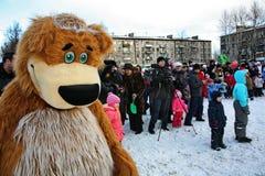 L'animateur d'acteur de la maison de la culture de la ville metallostroy dans le costume de l'ours gai amuse des enfants et des a Images stock
