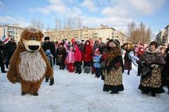 L'animateur d'acteur de la maison de la culture de la ville metallostroy dans le costume de l'ours gai amuse des enfants et des a Photo stock