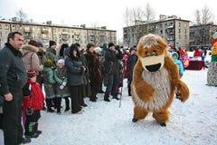 L'animateur d'acteur de la maison de la culture de la ville metallostroy dans le costume de l'ours gai amuse des enfants et des a Photos stock
