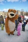 L'animateur d'acteur de la maison de la culture de la ville metallostroy dans le costume de l'ours gai amuse des enfants et des a Images libres de droits