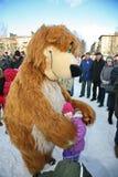 L'animateur d'acteur de la maison de la culture de la ville metallostroy dans le costume de l'ours gai amuse des enfants et des a Photographie stock