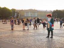 L'animation sur la place de palais à St Petersburg Le roi historique de Peter est avec un téléphone portable Russie Été 2017 Photos stock
