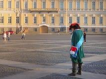 L'animation sur la place de palais à St Petersburg Le roi historique de Peter est avec un téléphone portable Russie Été 2017 Image stock