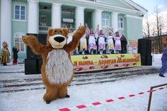 L'animatore dell'attore della casa di cultura della città metallostroy nel costume dell'orso allegro intrattiene i bambini e gli  Immagine Stock Libera da Diritti