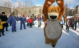 L'animatore dell'attore della casa di cultura della città metallostroy nel costume dell'orso allegro intrattiene i bambini e gli  Fotografie Stock