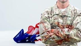L'animazione di Digital del soldato dell'esercito con le armi ha attraversato archivi video