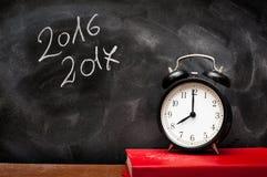 L'année 2016 2017 instruisent le panneau de craie et le réveil Photographie stock