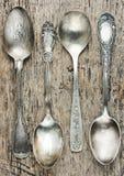 L'annata dà la raccolta a cucchiaiate su vecchio fondo di legno Fotografie Stock