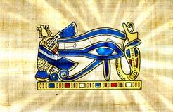 L'annata dorata dell'occhio di Horus sul papiro con il sole del Ra rays fotografia stock libera da diritti
